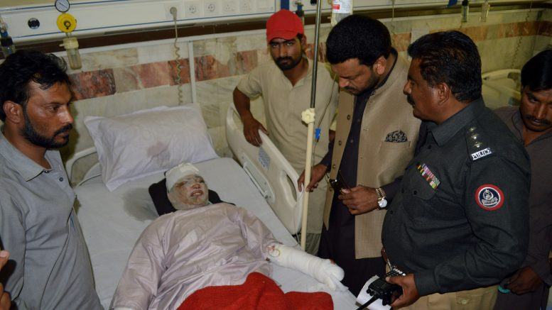 15 May 2015, Quetta, Pakistan --- (150515) -- QUETTA, May 15, 2015 (Xinhua) -- Police officials record statement of a victim of an acid attack at a hospital in southwest Pakistan's Quetta, May 15, 2015. Two women, including a teenager, sustained severe burn injuries after they were attacked with acid in Quetta, local media reported. (Xinhua/Asad) --- Image by © Asad/Xinhua Press/Corbis