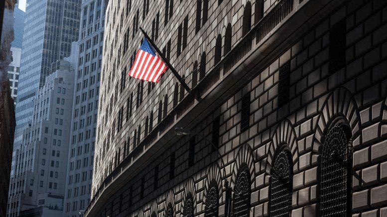 09 Feb 2012, Broadway, Manhattan, New York City, New York State, USA --- New York , american flag on the federal reserve bank building / drapeau americain sur l'immeuble de la banque de la reserve Federale --- Image by © Michel Setboun/Corbis